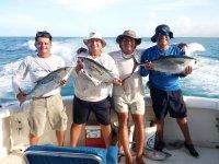 Sosteniendo los pescados en Cancun