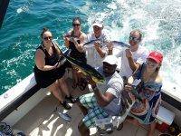 Visitantes con sus peces