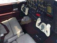 los controles de la avioneta