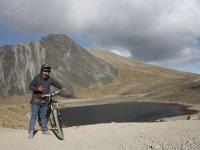 Ciclista junto al lago