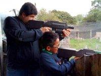 Padre e hijo compartiendo objetivo