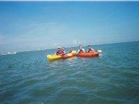 Excursionistas de kayak