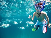 niño en snorkel