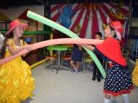 Lucha de princesas en el salon de fiestas