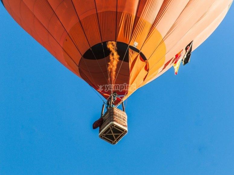 Globo aerostático volando en México