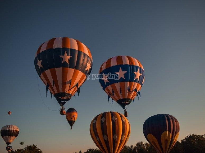 Show de globos aerostáticos al amanecer