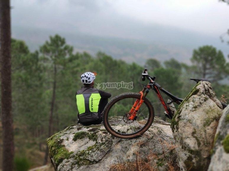 En lo alto de la roca junto a la mountain bike