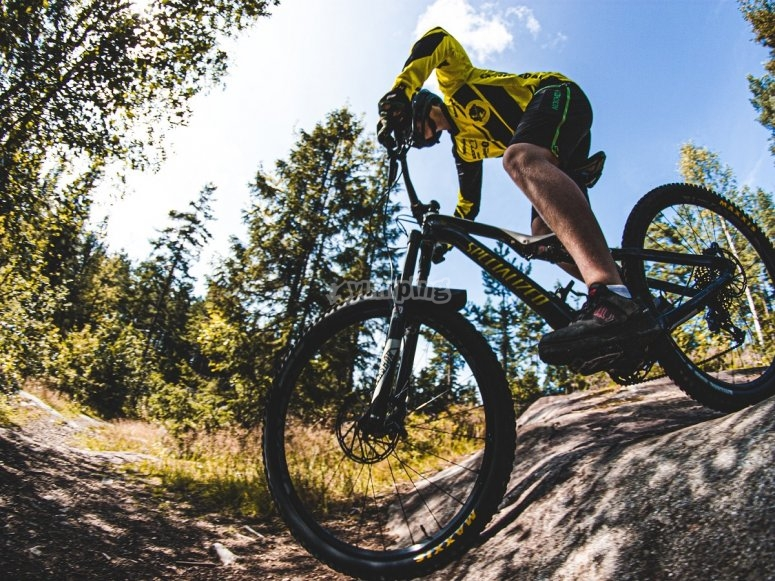 Entre las rocas con la mountain bike