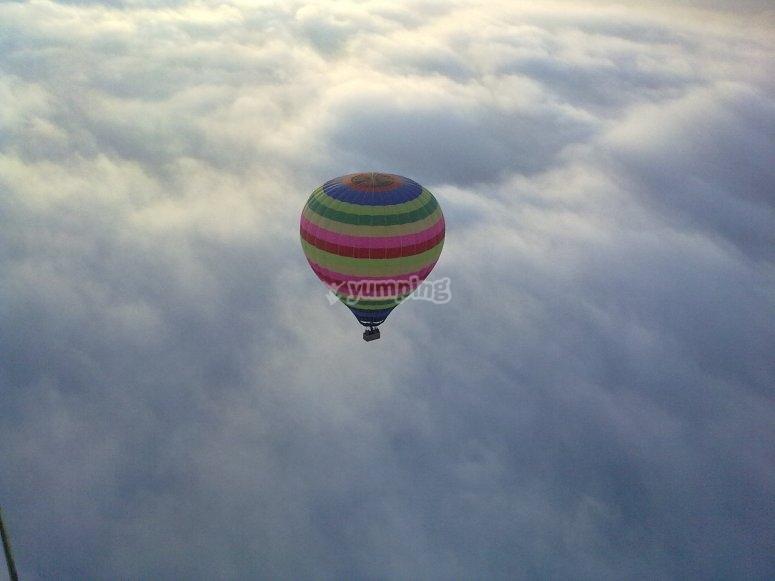 Sobre el cesped de nubes