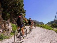 Ruta en bicicleta hacia Cola de Caballo Santiago