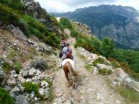 paseo a caballo en la sierra