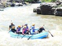 Diversión y adrenalina en tu balsa de rafting