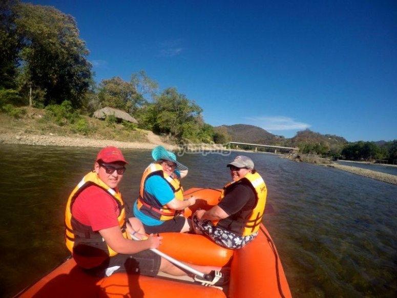 Practicando rafting en Huatulco
