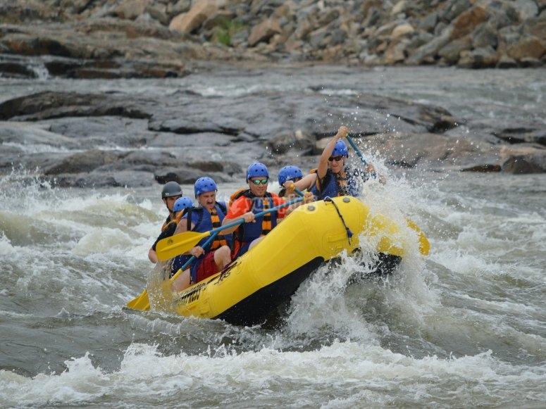Realizando rafting