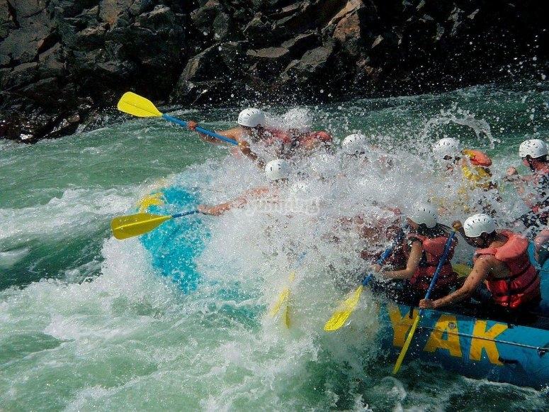 Descendiendo en balsa de rafting