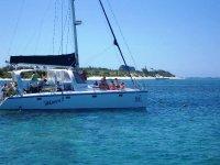 Navegar al atardecer en barco