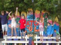 Grupo de pequeños surferos