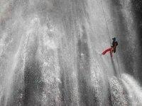 Bajando entre agua