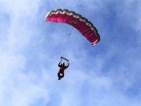 Volando en paracaidas rosa