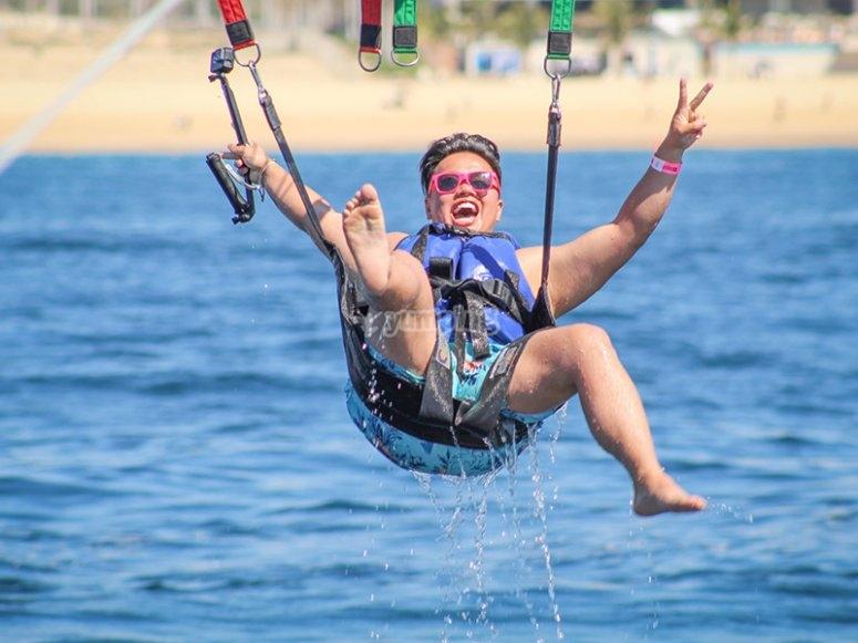Vive la experiencia de volar en parasailing por los cabos