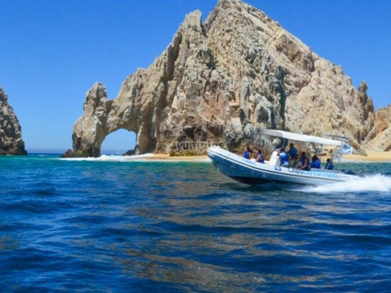 Navega en barco por los arcos de Los Cabos