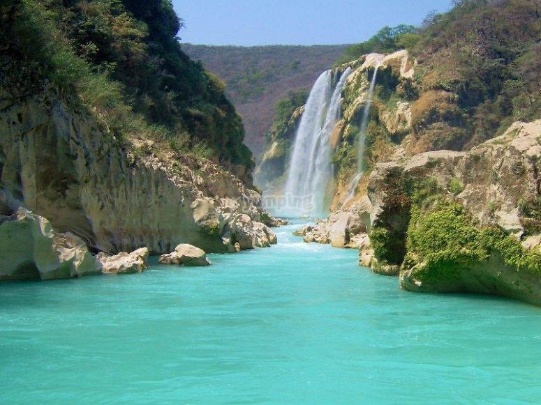 Cascada de Tamul y sus tonalidades turquesas