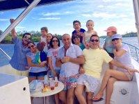 Disfrutando en barco el paseo con amigos
