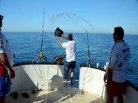 Con canas listas para pescar