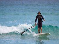 Aprovechando las olas para surfear