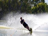 practica esquí acuático