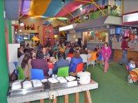 Mesas y alimentos del salon de fiestas