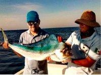 Pescando un pez dorado en las aguas de Puerto Escondido