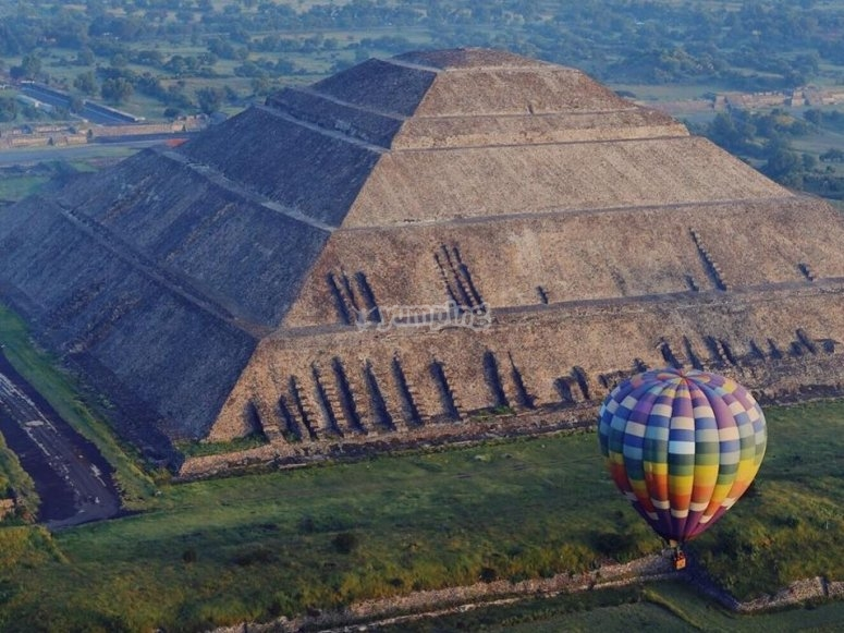 Flight in a hot air balloon in Teotihuacán