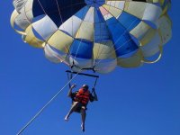 Diviertete con el parasailing
