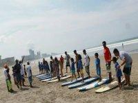 los peques aprendiendo en clases de surf