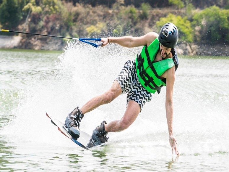 Skier dans le lac de la vallée