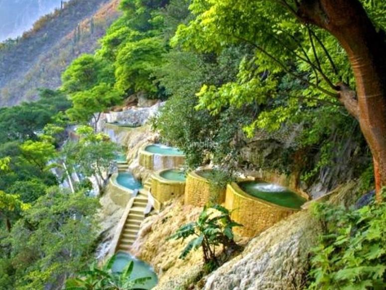Aguas termales en la naturaleza