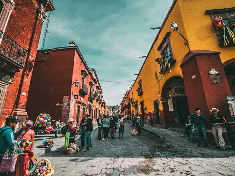 Camino en los preciosos callejones de Guanajuato