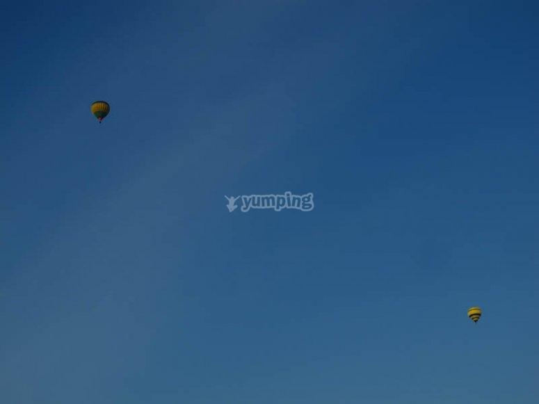 Vuelo de globos en el cielo azul