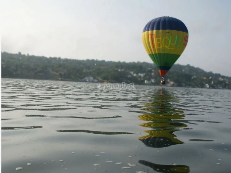 Hot air balloon on Lake Tequesquitengo