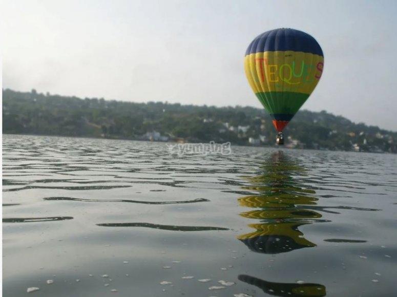 Globo aerostático en el lago Tequesquitengo