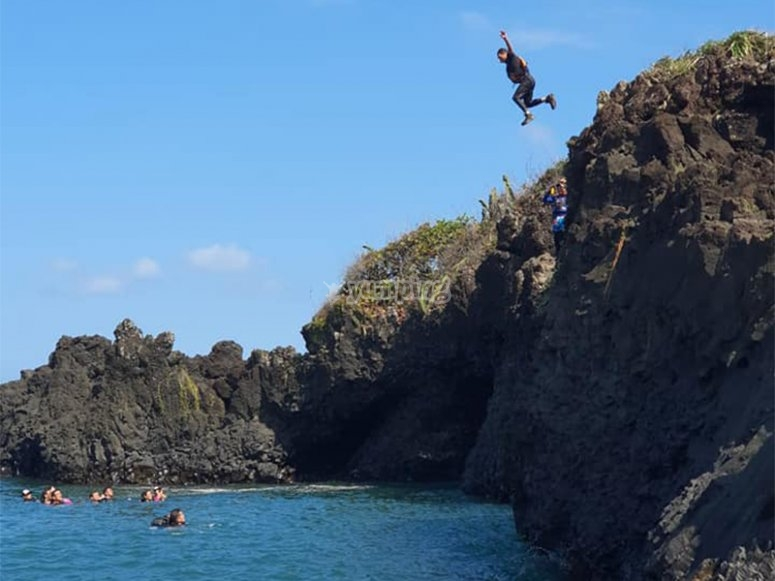 Disfruta de saltar en los acantilados de Roca Partida
