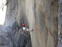 Rappel sobre pared de roca