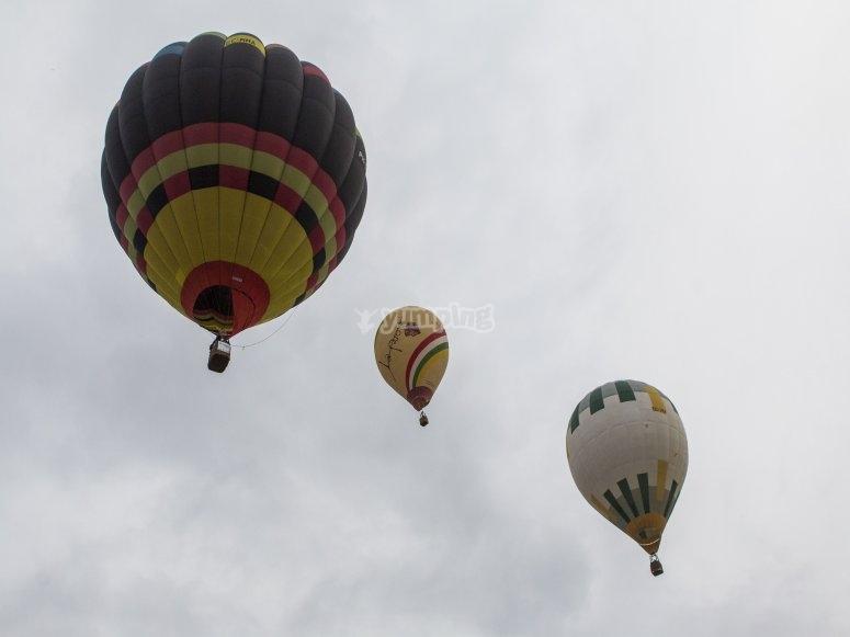 Tres globos volando