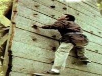 Intentando escalar la pared