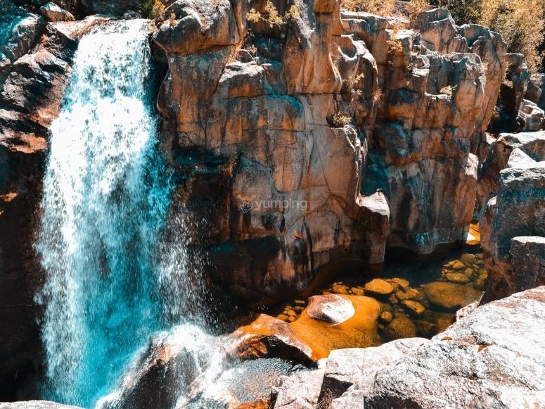 Dsifruta la caida de agua de los Prismas Basalticos