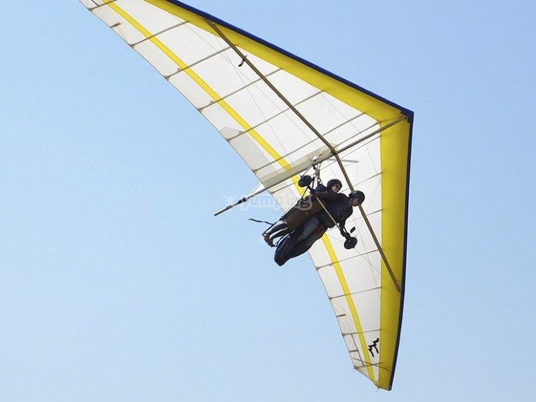 El instructor te enseña maniobras en el aire