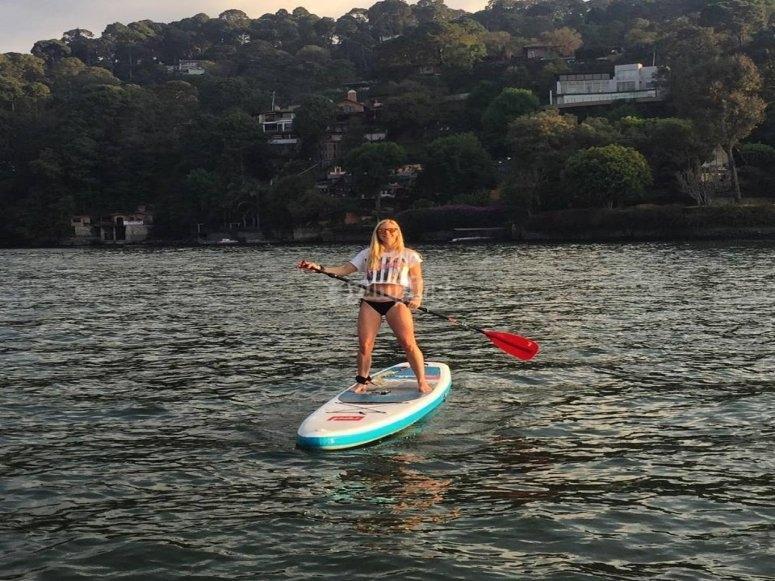 De pie sobre la tabla de paddle surf