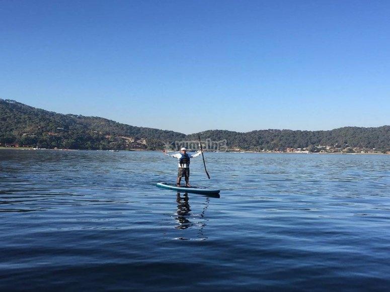 Practicando paddle surf en Valle de Bravo