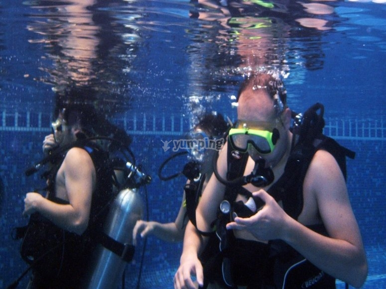 Getting familiarized with the diving gear